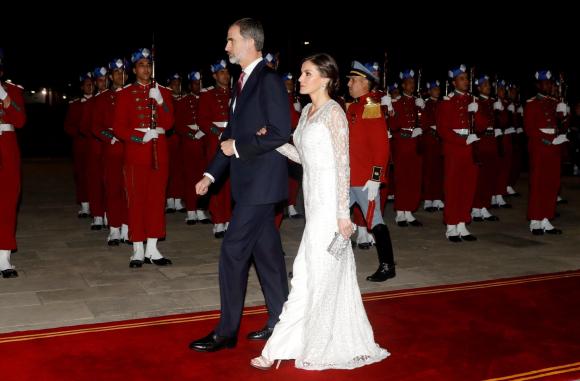 Letizia deslumbra en Marruecos con un espectacular vestido joya