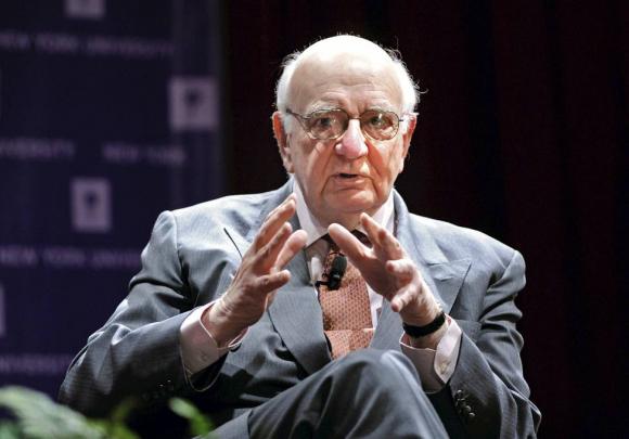 Murió el jefe de la Fed que le ganó a la inflación