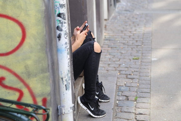 Apuñaló a sus padres mientras dormían porque le quitaron el celular