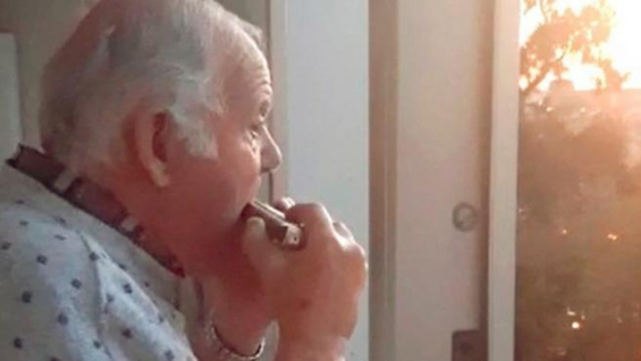 Abuelito con alzheimer cree que aplausos de los balcones son para él
