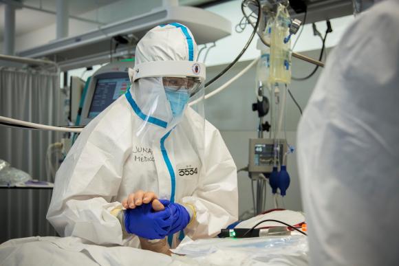 España registra un nuevo repunte de contagios y muertes por Covid-19