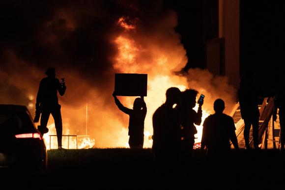Se agrava la situación en Minneapolis por muerte de afroestadounidense: soldados desplegados